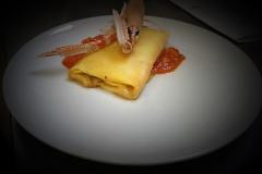 Fagottino di pasta con ricotta e zucchine su crema di scampi