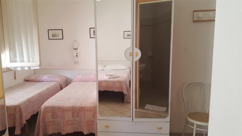 Camera quadrupla con letti stesi